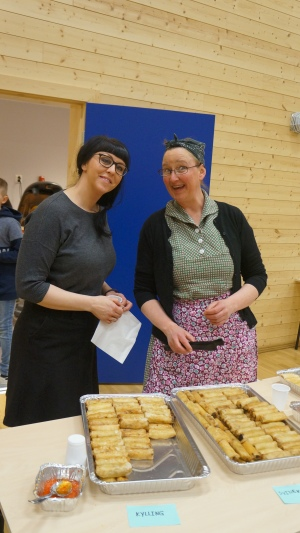 Hilde Alvær Hagesæter (tv) og Kristin Rongevær serverte kortreiste vårrullar og gode kaker til deltakarane på bygdesamlinga.