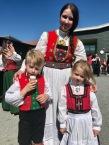 Tre fine festdeltakarar på 17. mai - Kristine, Karl og Camilla.