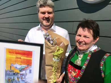 Styreleiar i Hjelmås Handelslag, Jon Ole Sandvik, mottok heider frå Inger Helen Midtgård for styret sin innsats med å halda liv i butikken i ein kritisk periode.