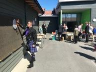 Ein kiltkledd sjef for pilkast-bua på Leiknes skule 17. mai