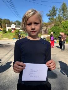Elias (9) vann hesteskokast-konkurransen og fekk gåvekort på Hjelmås Handelslag