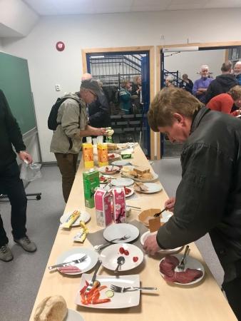 Folk fekk forsyna seg med mat og kake i pausen