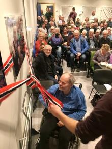 Øyvind Sandberg og sonen August stod for den offisielle opninga av salen
